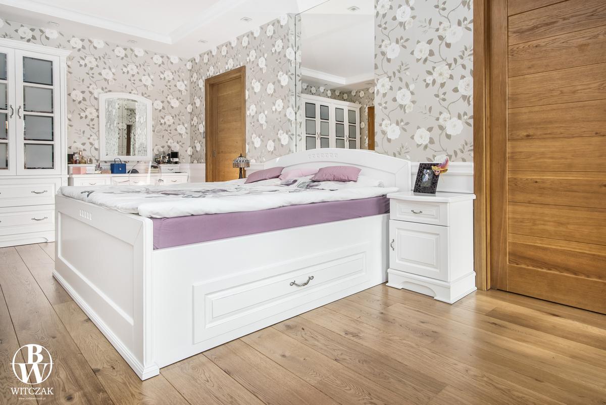 Białe dębowe łóżko, stylowe