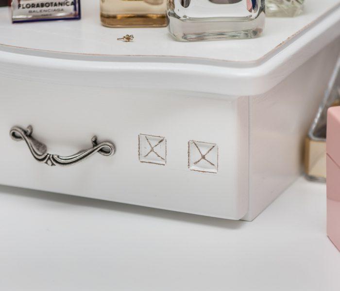 Biała szufladka rzeźbiona , detal