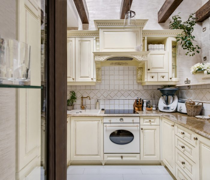 Biała kuchnia dębowa z wypą-ladą