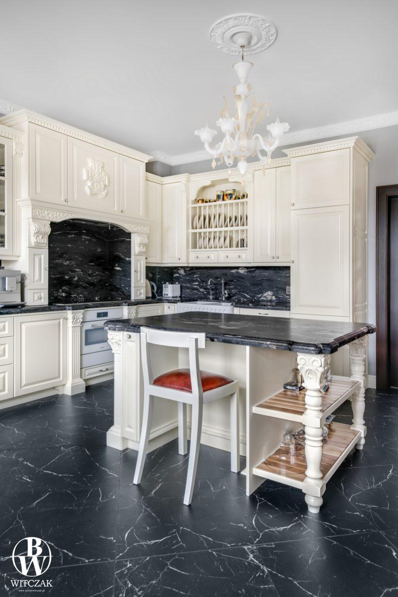 Kuchnia i wyspa - lada dębowa biała rzeźbiona