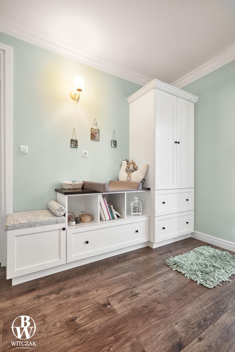 Biała szafa ryflowana - sypialnia