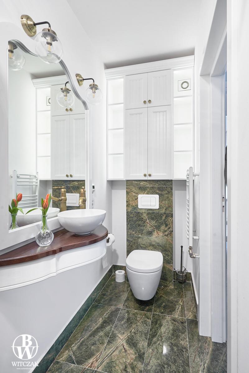 Biała szafka łazienkowa ryflowana
