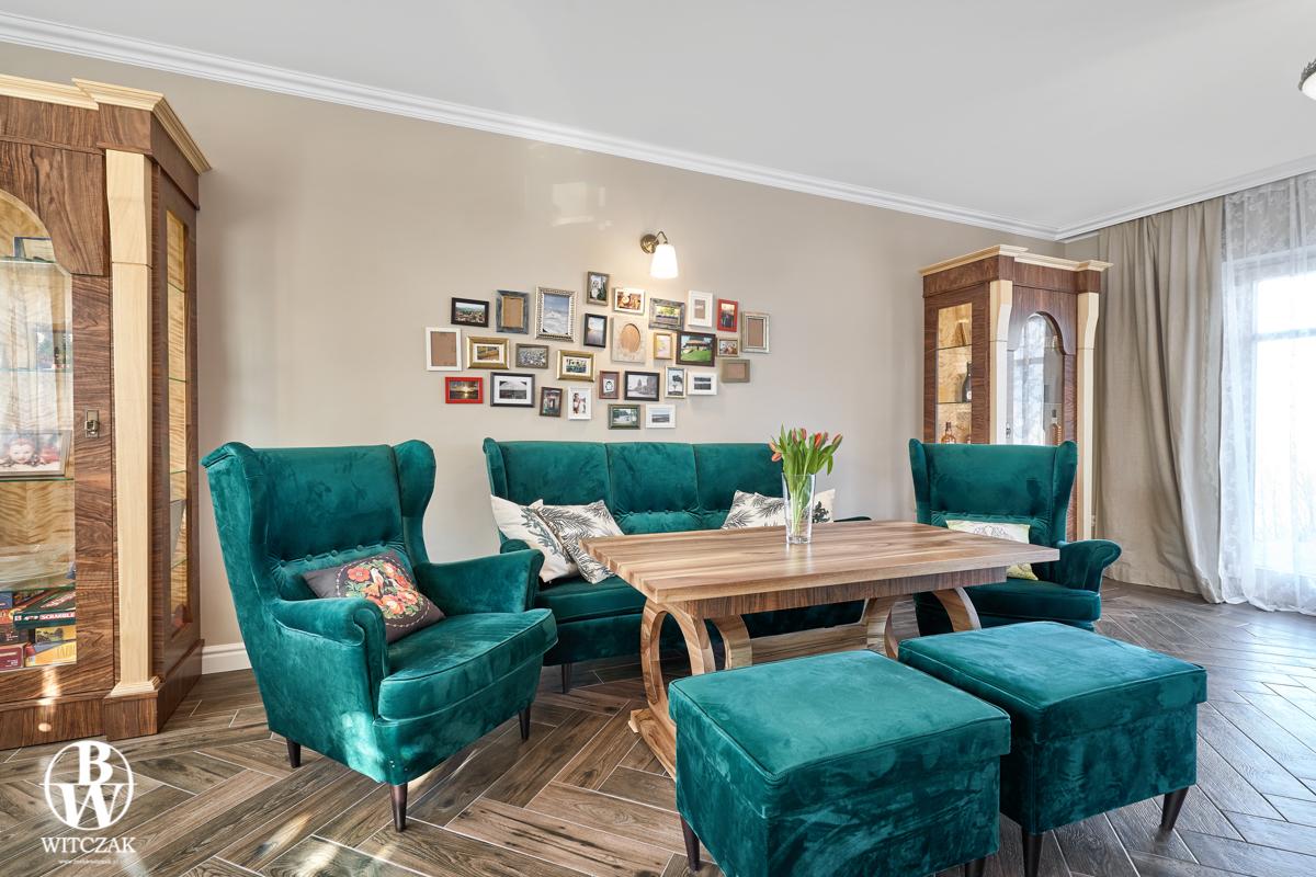 Zielona sofa aksamitna