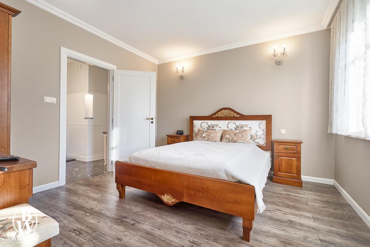Złocone czereśniowe łóźko
